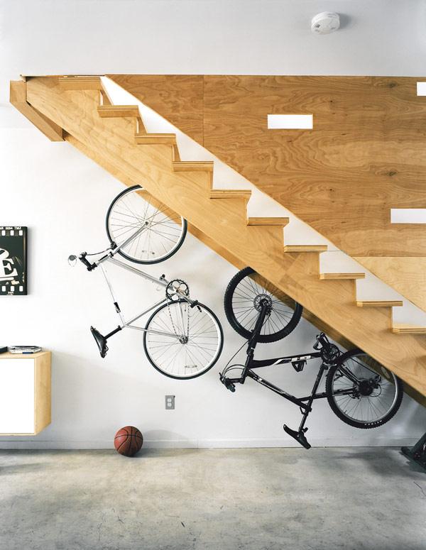велосипеды под лестницей
