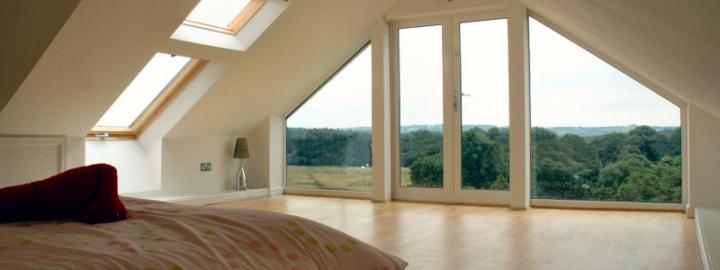 панорамное и мансардное окно в спальне