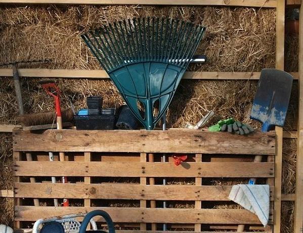 хранение садового инструмента паллеты