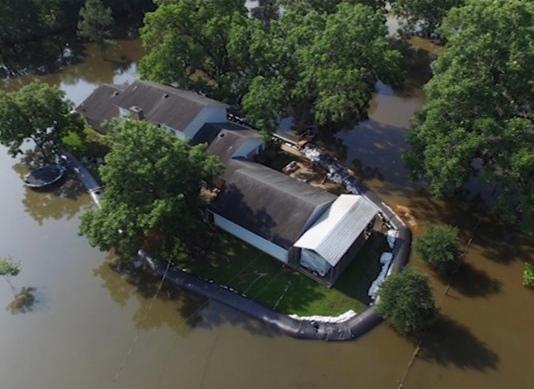 дамба aquadam защитила дом от наводнения